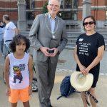 Burgemeester Koen Schuiling zwaait de gezinnen uit voor het dagje Drouwenerzand